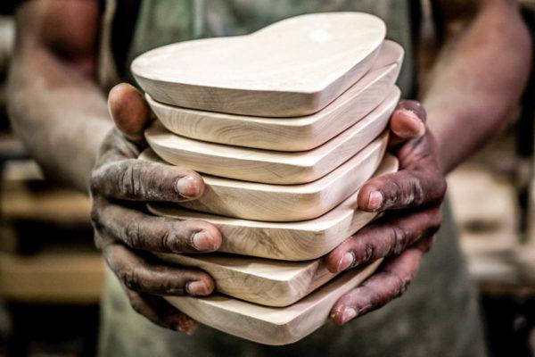 Als besonderes Geschenk bieten wir Ihnen die Möglichkeit, den Gutschein mit einer handgemachten Holzschale in Herzform von Coco Africa zu kombinieren. Preis CHF 18.-- / pro Schale(Direkt im Hirschen kaufen.)